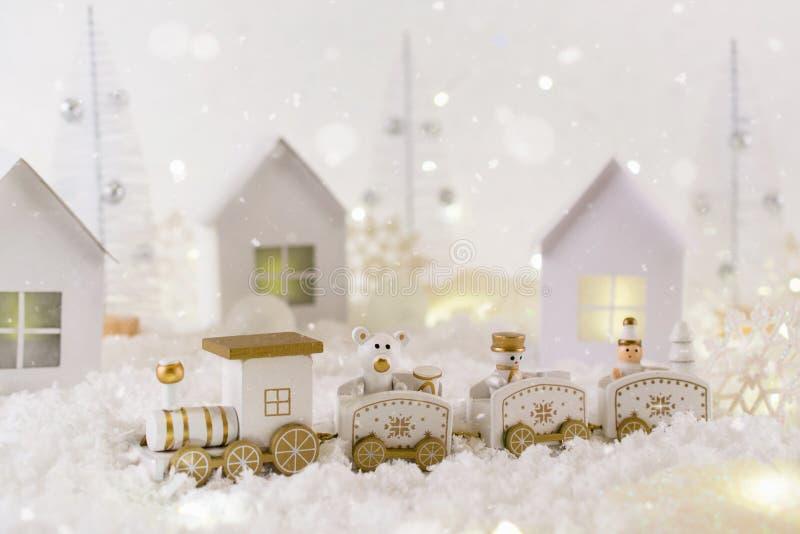 Mroźny zimy kraina cudów z zabawka pociągiem, opad śniegu i magii światłami, tła bożych narodzeń pojęcia powitania odizolowywali  zdjęcie stock