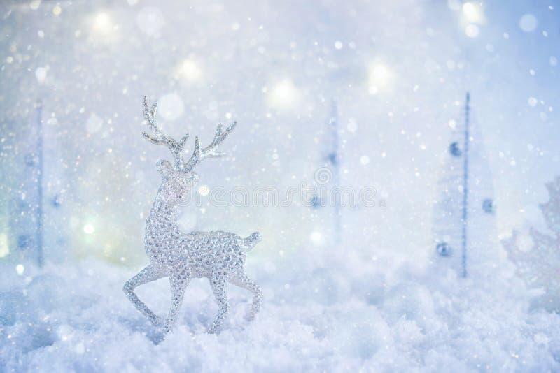 Mroźny zimy kraina cudów z zabawkarskimi rogaczy, opad śniegu i magii światłami, obrazy stock