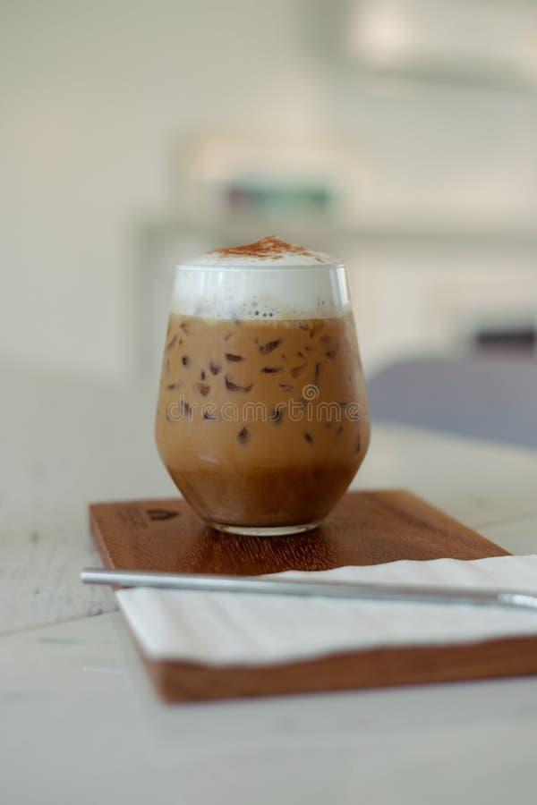 Mrożona kawa ze słomą w plastikowym kubku obrazy royalty free
