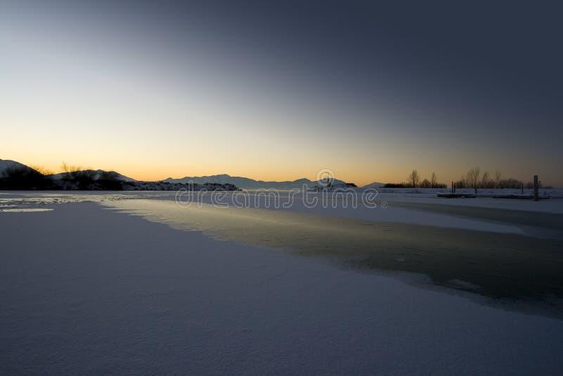 mrożone wschodem słońca nad jezioro zdjęcie royalty free