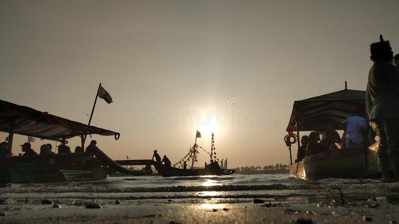 mroczna atmosfera na wzdłuż plaży lagunie przy zmierzchem jest w ten sposób piękna z złotymi kolorami &-x28; 1&-x29; zdjęcia stock