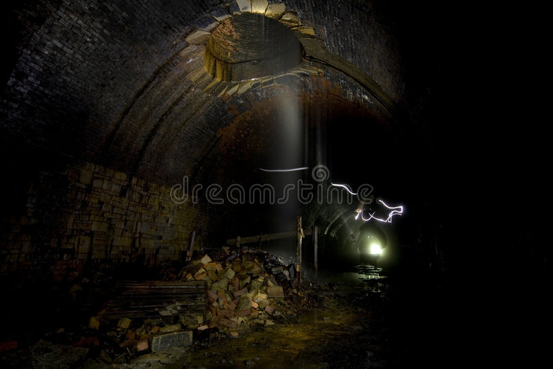 mroczne tunele podziemne zdjęcie stock