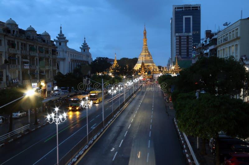 Mroczny czas przy złotym ośmiobokiem lokalizować w sercu w centrum Yangon Sula pagoda zdjęcie stock