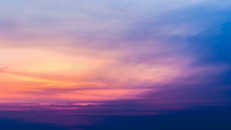 Mroczny niebo z kolorowym zmierzchem i chmurami przy plażą zdjęcie royalty free
