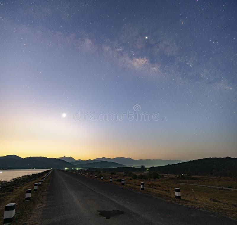 Mroczny ranku światło Przed wschód słońca Przy rezerwuarem, prosta droga naprzód nad tamą droga mleczna w wczesnym poranku obrazy royalty free
