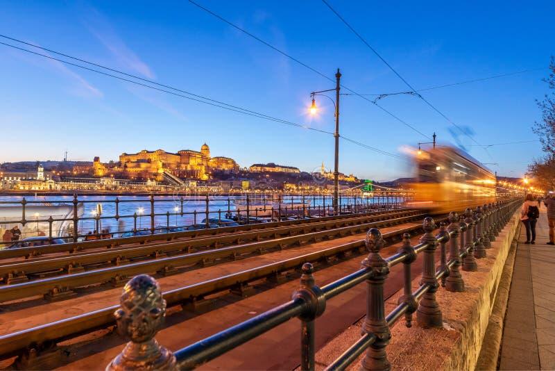 Mroczny widok Buda kasztel i Danube, Budapest, Węgry od Danube deptaka pedestrianised nadbrzeżnego przejście obrazy royalty free