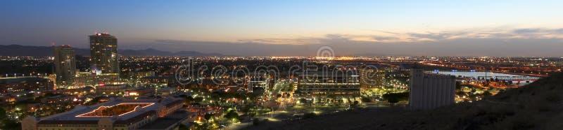 Mroczny widok Tempe i Phoenix fotografia stock