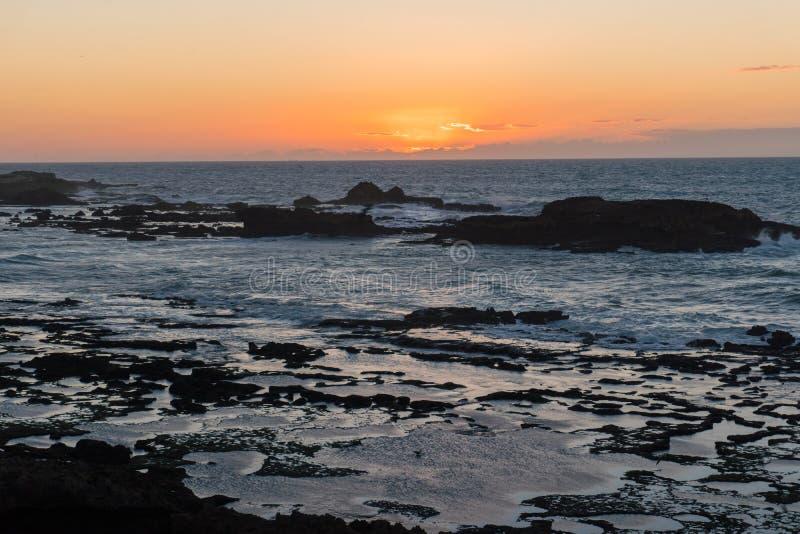 Mroczny zmierzch Nad skałami Atlantycki ocean w Maroko obrazy royalty free