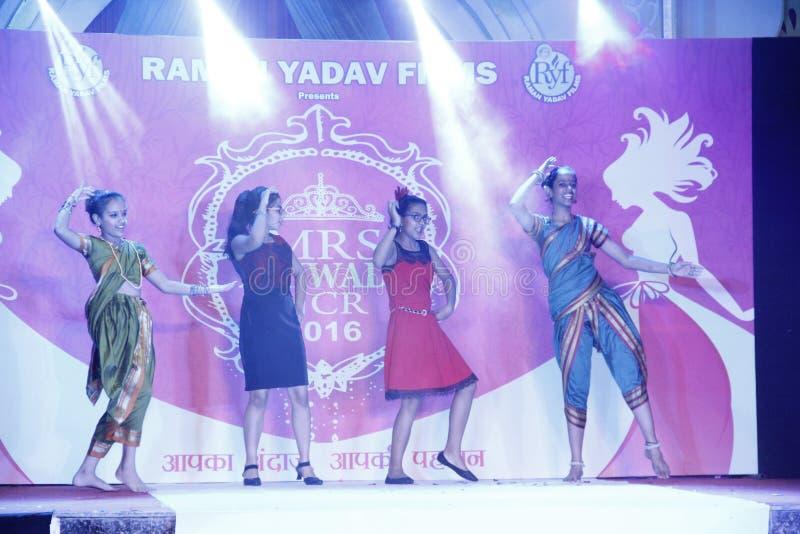 mrs Bhiwadi NCR-modeshow - Raman Yadav Films royaltyfri foto