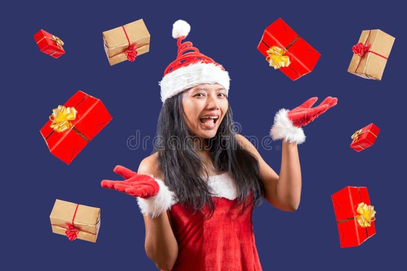 mrs Claus jonglerar med julgåvor arkivfoton