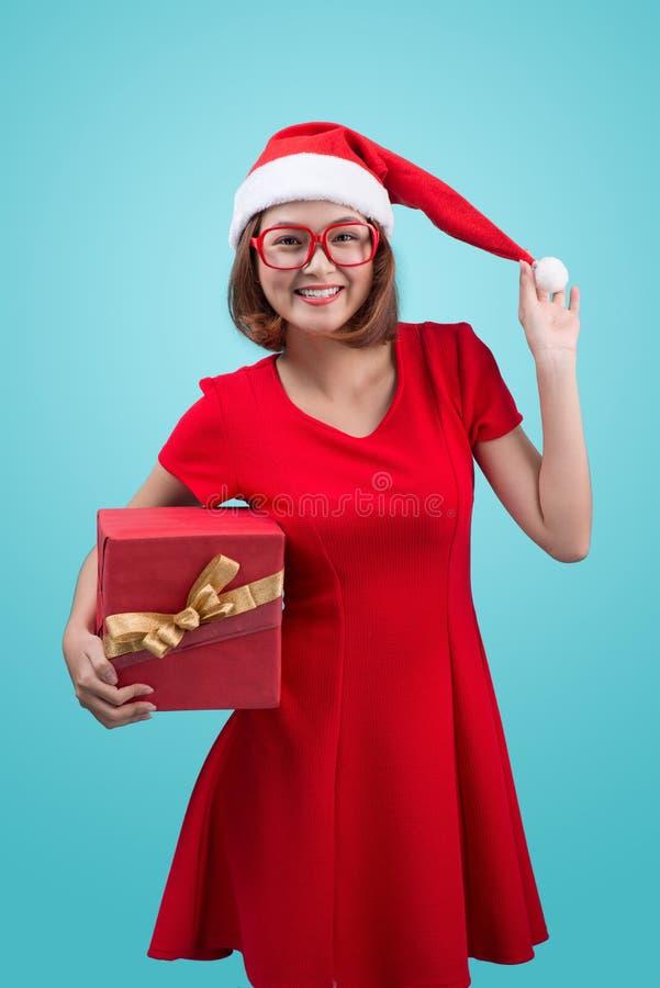 mrs santa Härlig ung asiatisk kvinna i hatten för santa ` som s rymmer a royaltyfria bilder