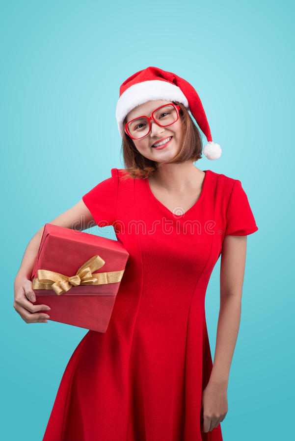 mrs santa Piękna młoda azjatykcia kobieta trzyma a w Santa ` s kapeluszu fotografia stock