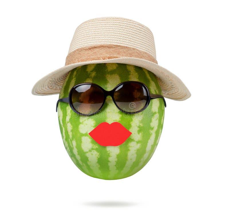mrs vattenmelon med hatten och exponeringsglas, på vit bakgrund arkivfoto