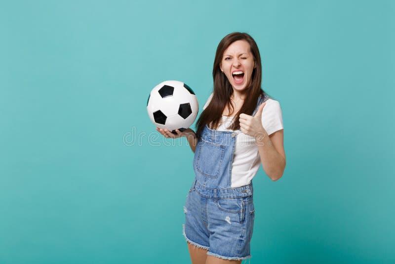 Mruganie kobiety fan piłki nożnej rozwesela w górę poparcie faworyta drużyny z piłki nożnej piłką pokazuje kciuk w górę odosobnio obraz stock