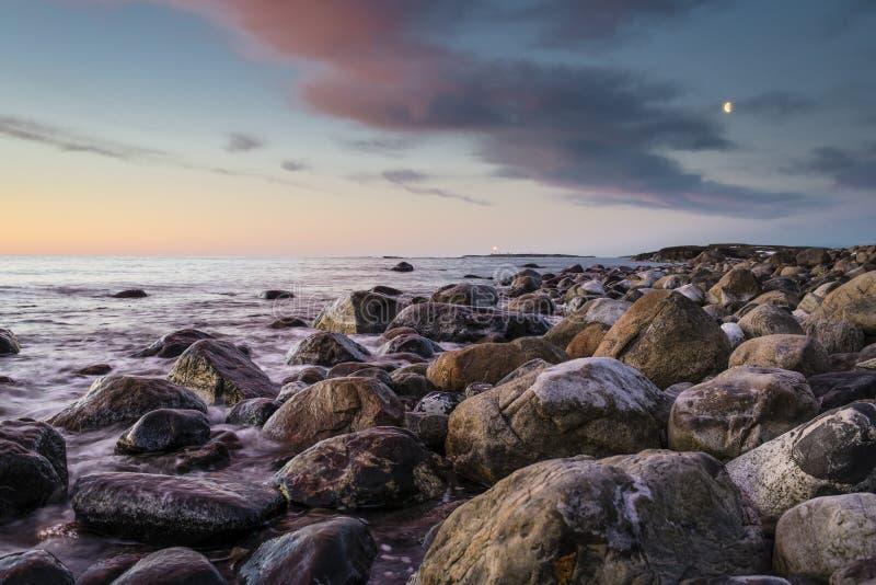 Mruganie latarnia morska przy zmierzchem zdjęcie royalty free