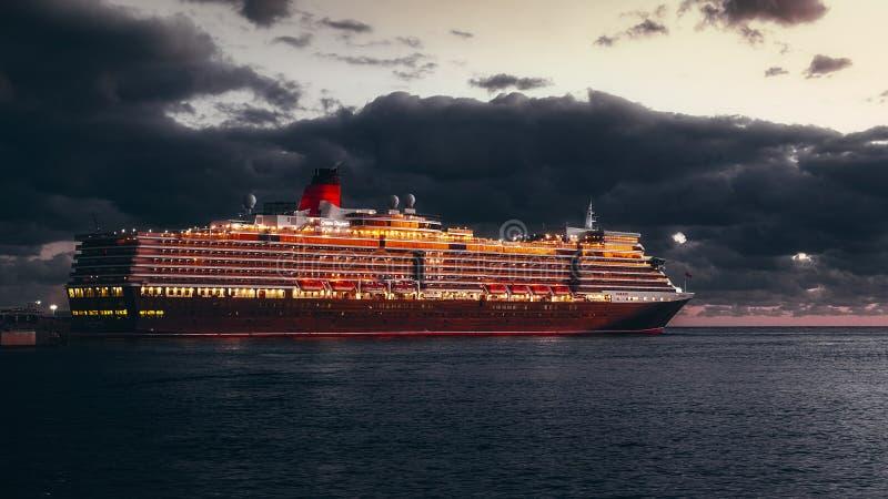 MS女王伊丽莎白游轮靠了码头在马拉加cit港  免版税库存图片