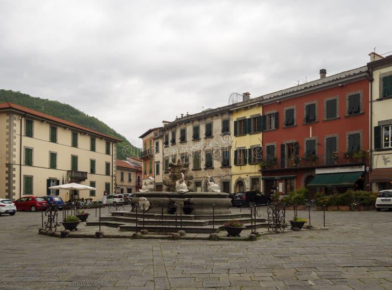 MS DI FIVIZZANO, ITALIA 11 MAGGIO 2019: La piccola citt? di Lunigiana di Fivizzano Il quadrato principale, la piazza Medicea, ? d fotografia stock libera da diritti