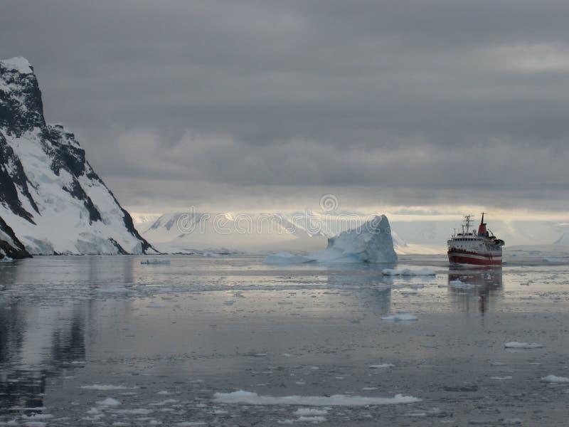 MS Explorer bevor dem Sinken stockbild