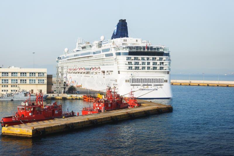 Ms 'norsk stjärna 'som för kryssningskepp anslutas på hamnen i den största grekiska hamnstaden i Piraeus, Grekland arkivfoton