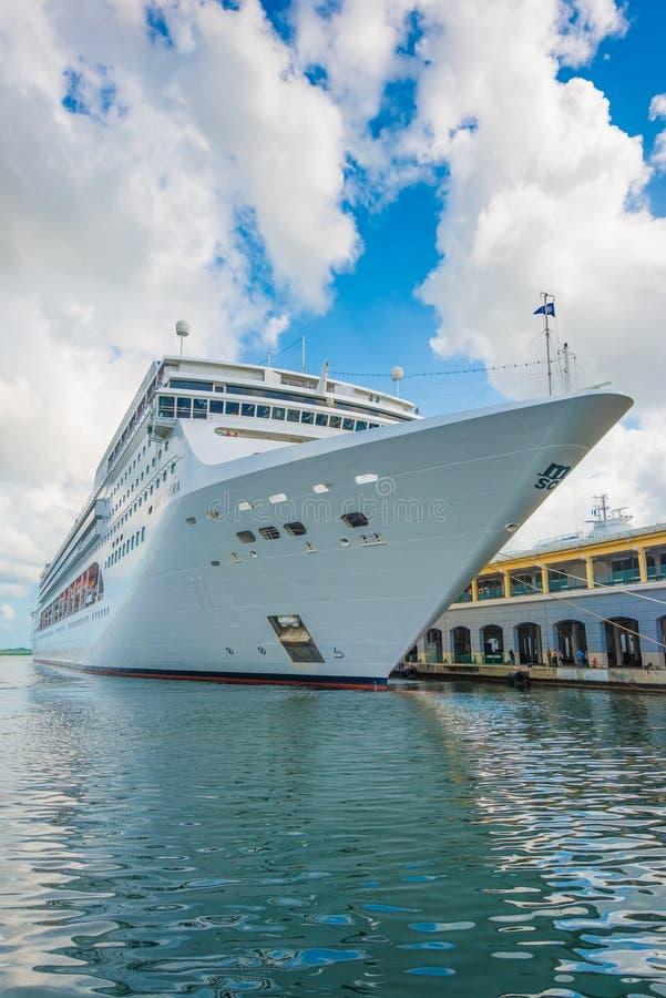 MSC歌剧游轮靠了码头在哈瓦那港  免版税库存图片