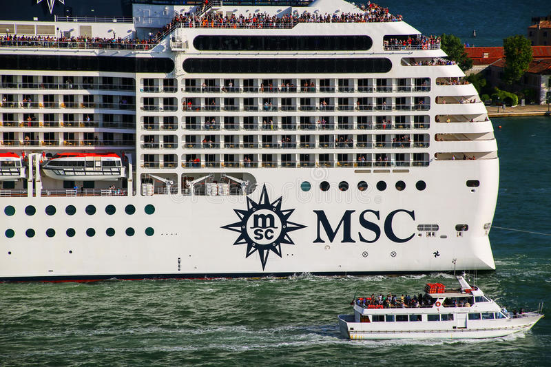 MSC移动通过圣Marco运河的游轮细节在Veni 图库摄影