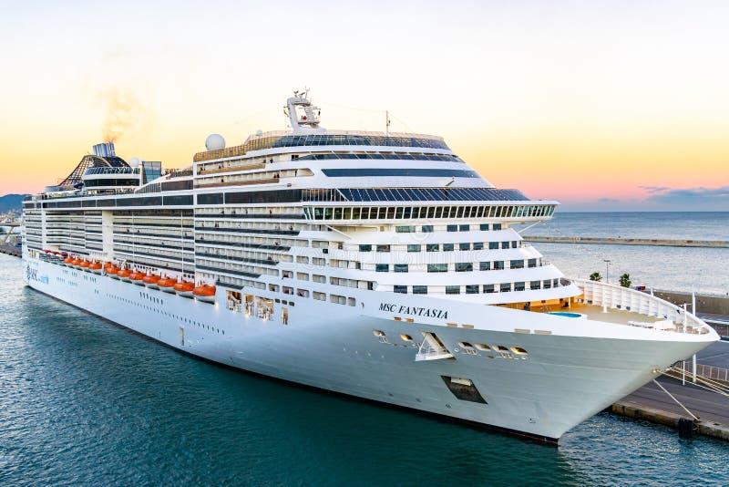 MSC fantazji statek wycieczkowy dokujący przy Barcelona rejsu portem Śmiertelnie przy zmierzchem obraz stock