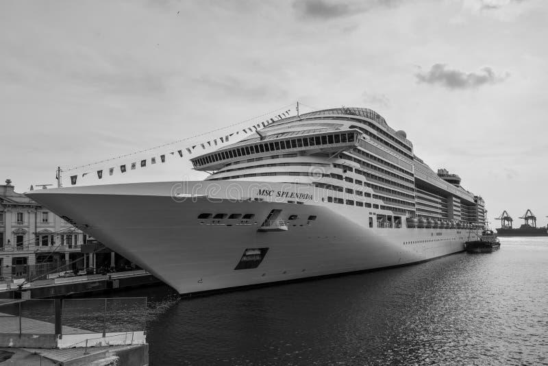 MSC Splendida, un barco de cruceros poseído por las travesías del MSC amarradas en el puerto de Genoa Genova, Liguria, imagen de archivo