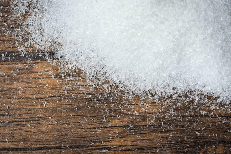 MSG/hög av vit monosodium glutamat på träbakgrund arkivfoton
