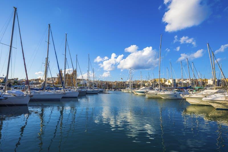 Msida, Malta - porticciolo dell'yacht con cielo blu e le nuvole piacevoli immagine stock