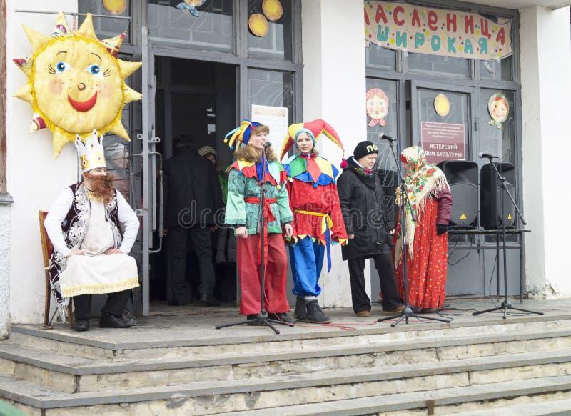 Mstera, Rusia-marzo 13,2016: Actor del aspecto en el vestido colorido a fotos de archivo