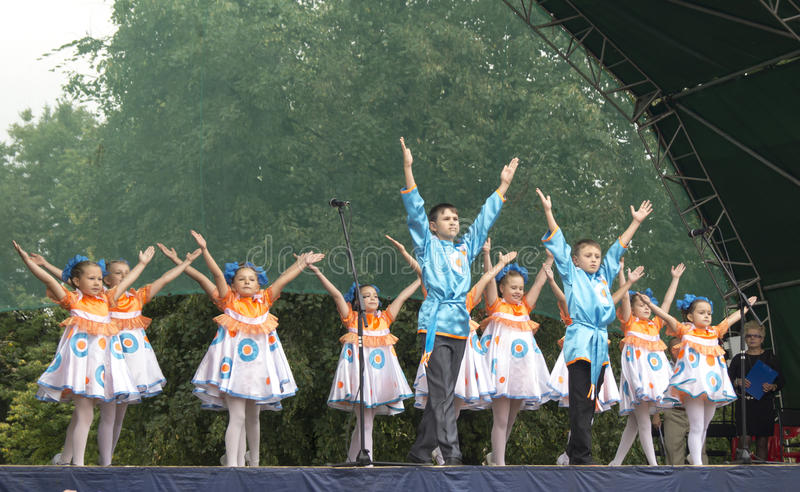 Mstera Ryssland-Augusti 8,2015: Barn dansar på plats på dagen av staden Mstera, Ryssland royaltyfri foto