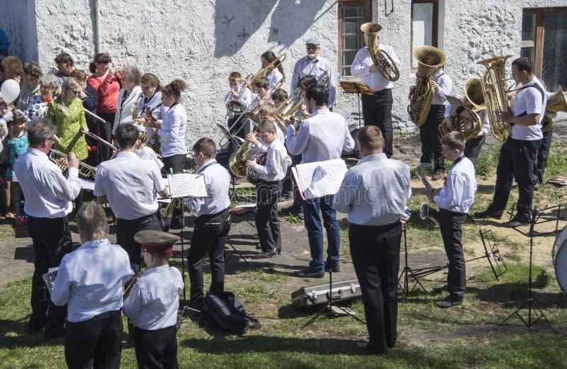 Mstyora, maj 9,2015: Grupowy muzyk bawić się na wakacje na cześć dzień zwycięstwo zdjęcia royalty free
