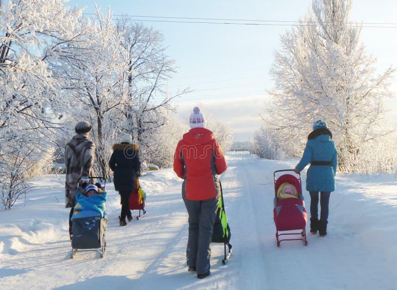 Mstyora, Russia-gennaio 24,2013: Giovane mas e bambini sulla passeggiata nell'inverno fotografia stock libera da diritti