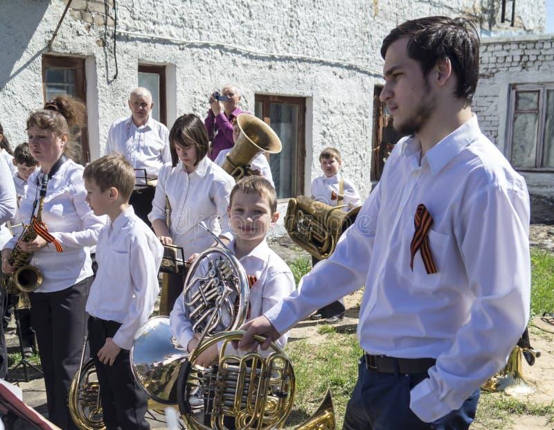 Mstyora, Russia-maggio 9,2015: Raggruppi i giochi del musicista in vacanza in onore del giorno della vittoria fotografia stock