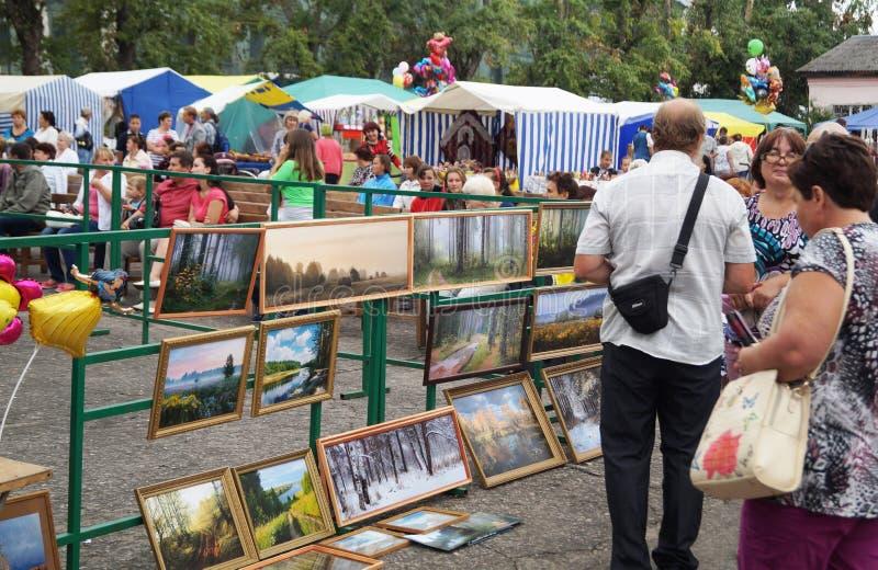 Mstyora Ryssland-Augusti 16,2014: Utställning av bilderna på mässa på dagen av staden Mstyora royaltyfri foto