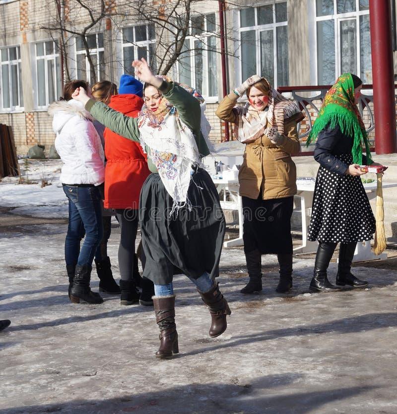 Mstyora Ryssland-Februari 28,2014: Flickan i traditionell triangulär sjalett dansar på dagen av Shrovetiden arkivbild