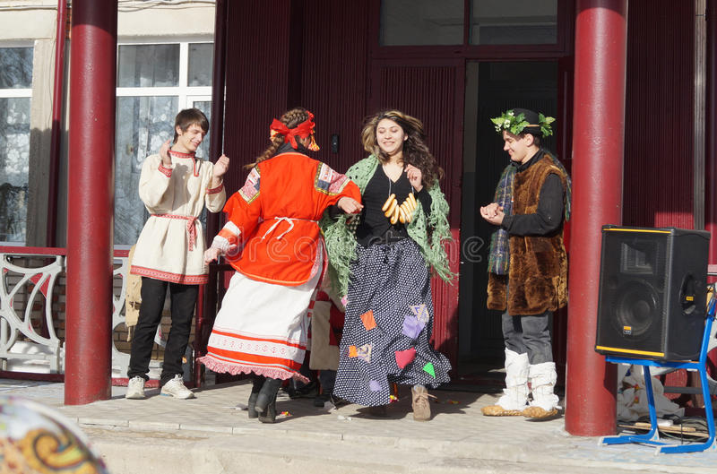 Mstyora Ryssland-Februari 28,2014: Ungdomarpå ferie av Shrovetiden dansar i traditionell dräkt royaltyfri foto