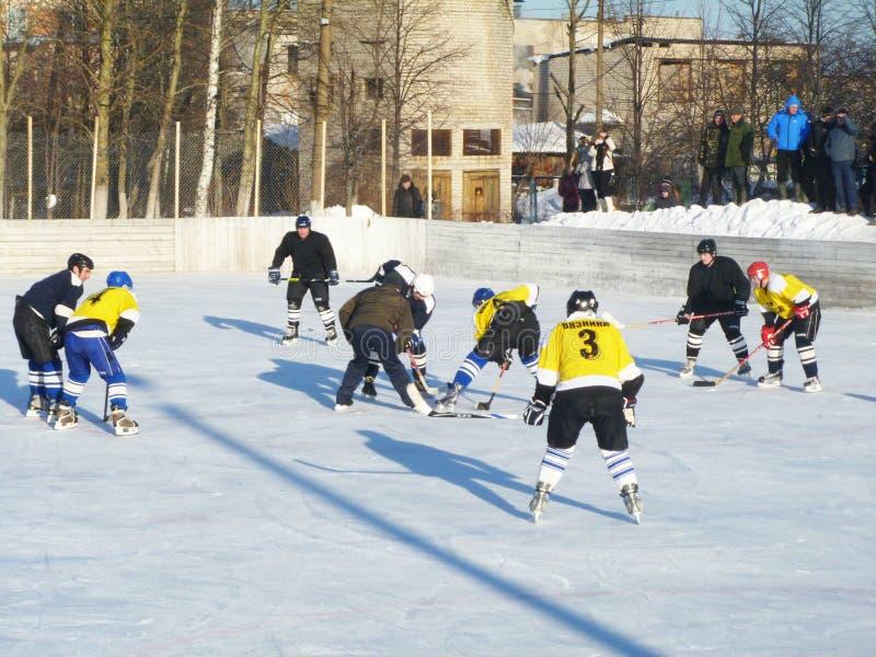 Mstyora Ryssland-Januari 28,2012: Idrotts- lek av hockey på den iskalla plattformen royaltyfri bild