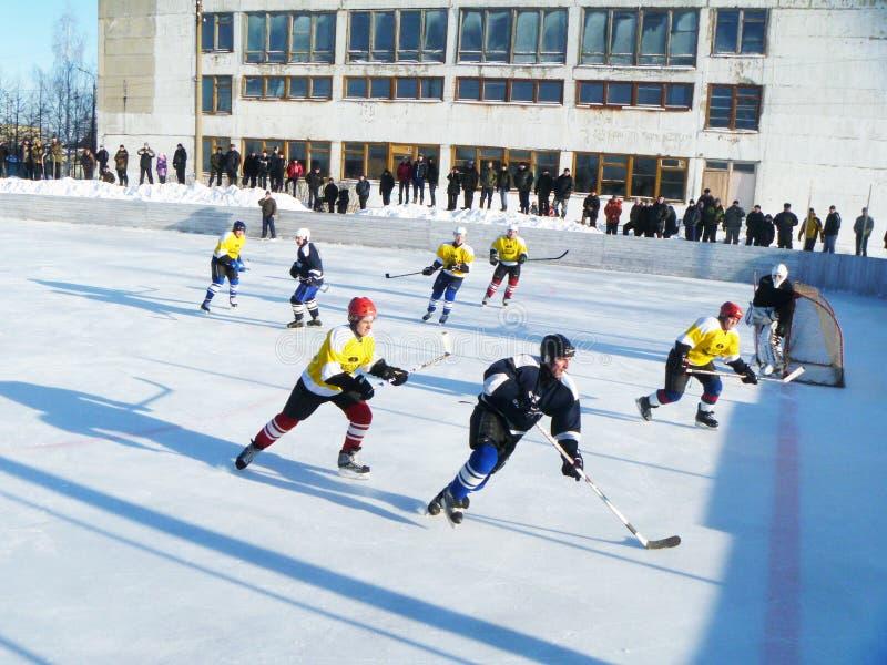 Mstyora, styczeń 28,2012: Sportowa gra hokej na otwartej platformie obraz stock