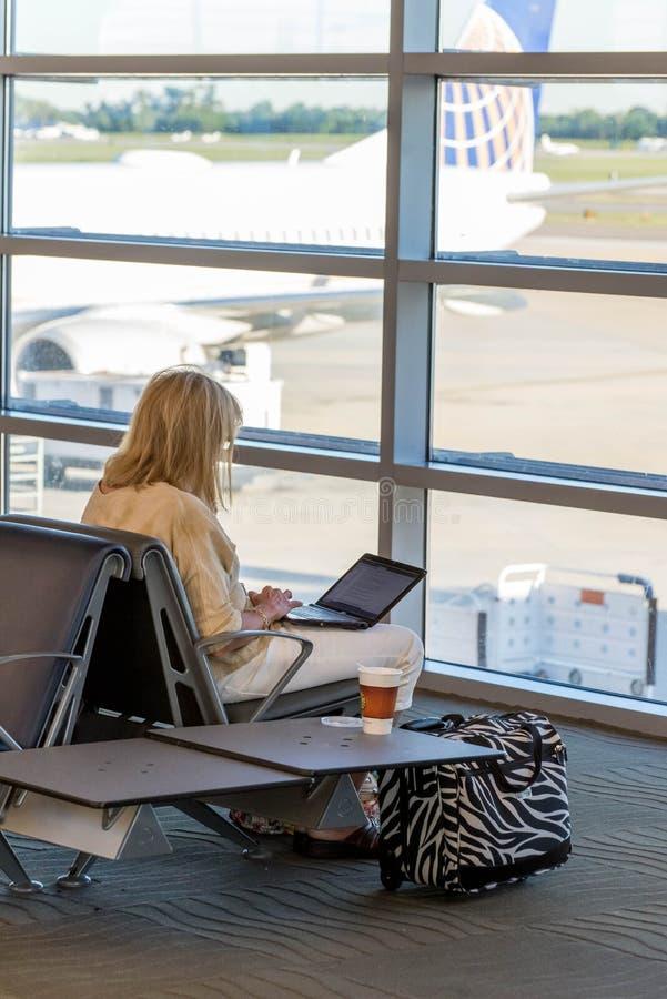 MSY, pasajeros que esperan vuelo en aeropuerto fotografía de archivo libre de regalías