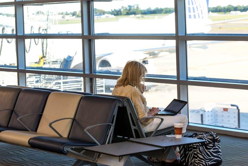 MSY, pasajeros que esperan vuelo en aeropuerto fotos de archivo