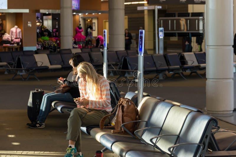 MSY, pasajeros que esperan vuelo en aeropuerto fotos de archivo libres de regalías