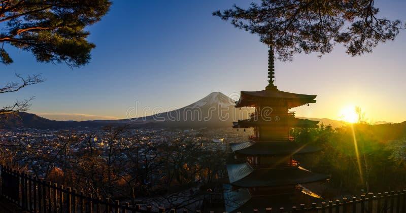mt全景  富士和剪影Chureito塔日落的在冬天季节 位于富士吉田市,日本 库存照片