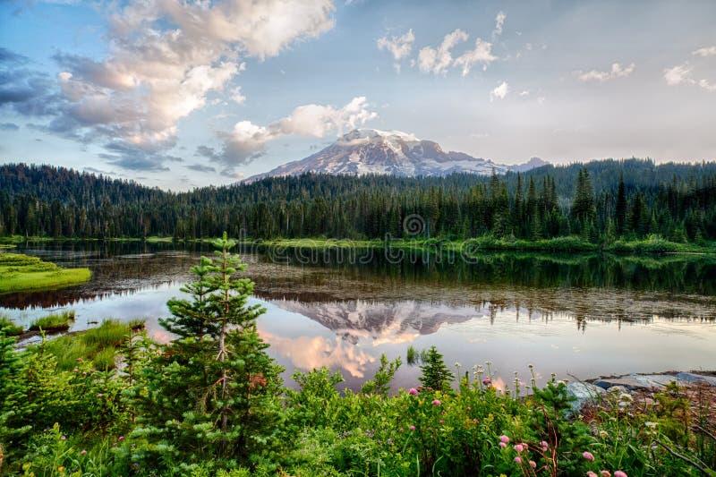 Mt多雨和Reflection湖在日出 库存照片