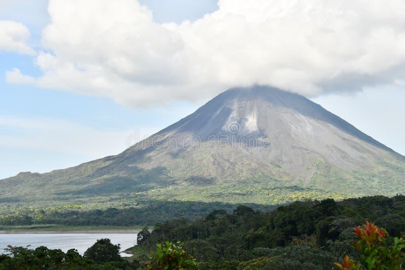 mt富士在日本,照片作为背景,采取在Arenal Volcano湖公园在哥斯达黎加中美洲 库存图片