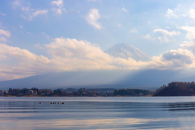 Mt Фудзи и озеро Kawaguchi на Yamanashi, Японии стоковое фото rf