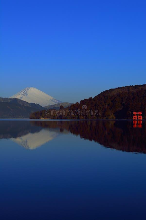 Mt Фудзи и Torii мира от озера Ashi Hakone Японии стоковая фотография rf