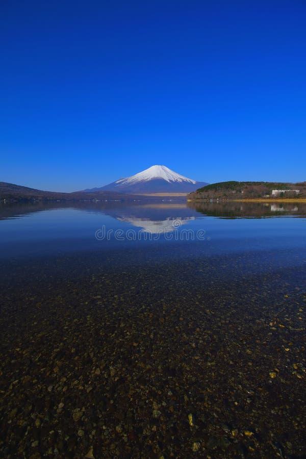 Mt Фудзи прозрачной воды с голубым небом от озера Yamanakako Японии стоковое изображение rf