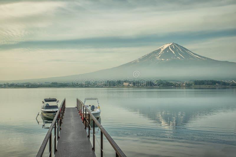 Mt Фудзи и мола в Kawaguchiko, Японии стоковая фотография