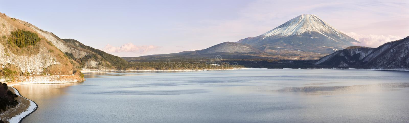 Mt Фудзи (Fujisan) от озера Motosuko - ландшафта панорамы стоковые фото